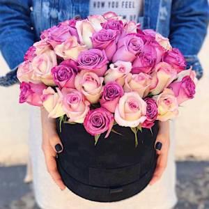 Разноцветные розовые розы в черной коробке R449