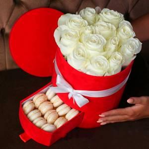 Коробка с розами и макаронсами R005