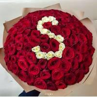 Красные и белые розы с буквой R377