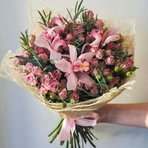 Сборный букет орхидеи и кустовая роза R639